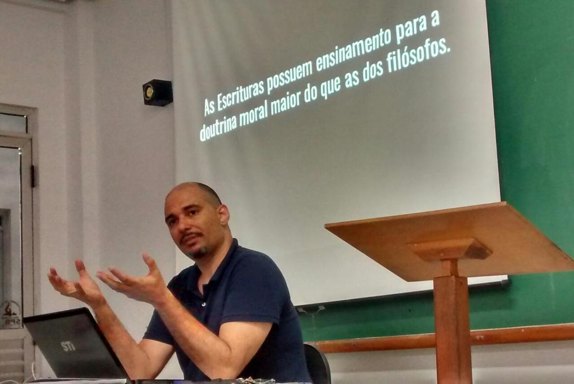 Seminarista Wesley Porfírio apresentando um texto das Institutas de Calvino (SPBC, 02/06/2017)*