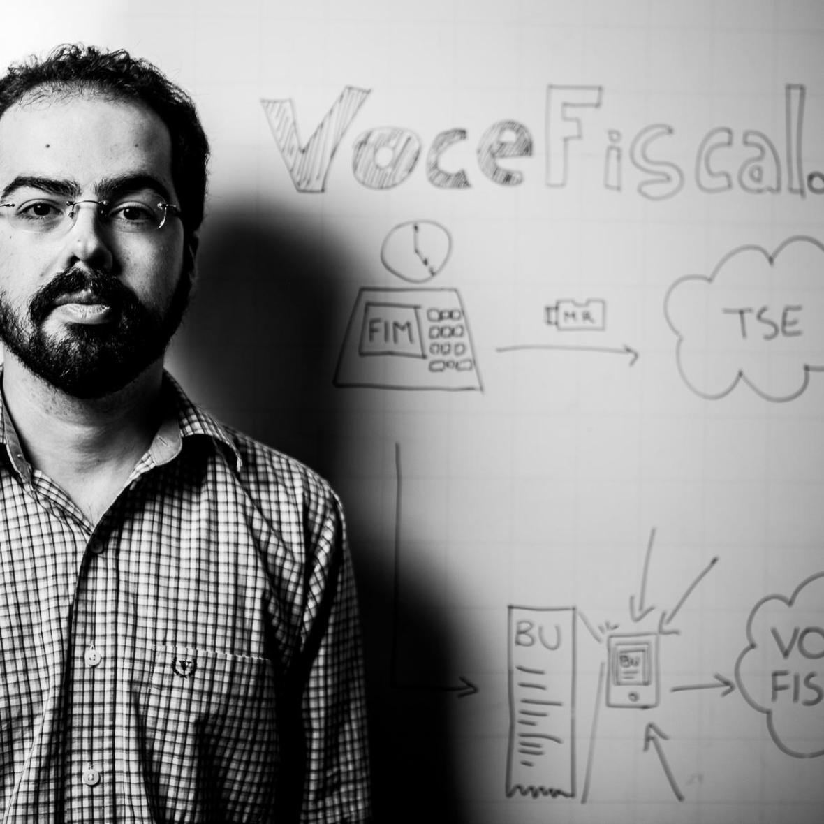"""O professor Diego Aranha, da Unicamp, tenta provar que as urnas utilizadas no Brasil são bem zoadas. Para o TSE, nosso entrevistado """"ameaça a democracia""""."""